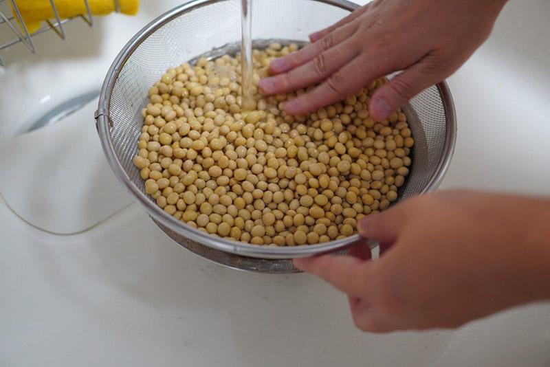 百川味噌の味噌手作りセットの大豆を洗う
