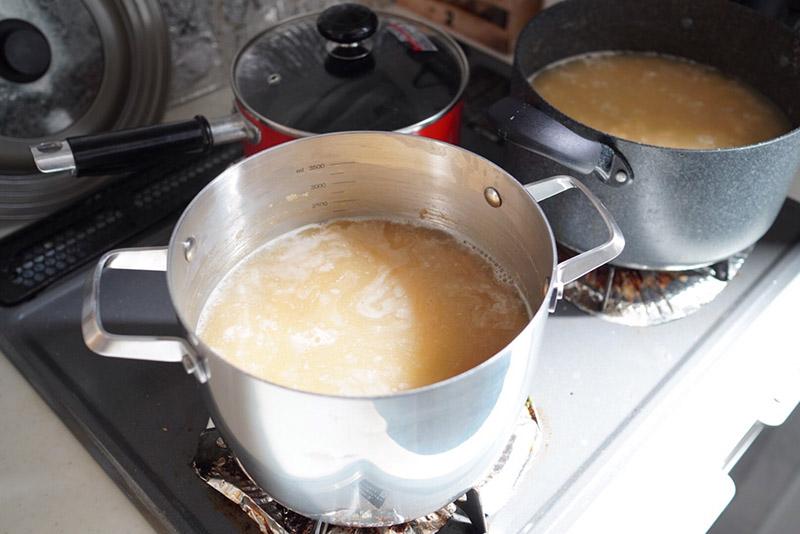大豆を鍋で煮込む