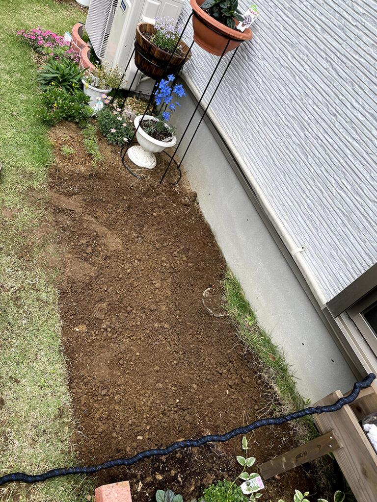 庭の芝を剥がした様子
