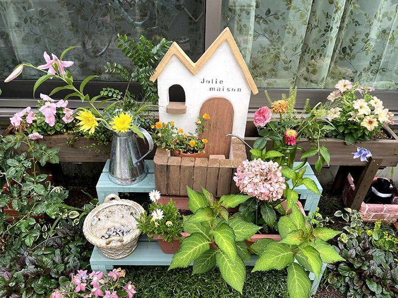 花に囲まれたガーデン雑貨