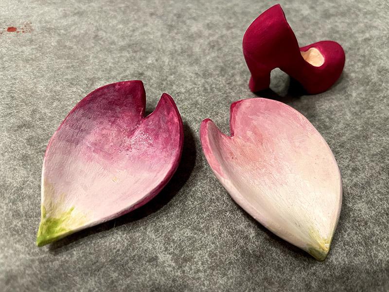 石粉粘土で作った桜の花びらと赤いパンプス