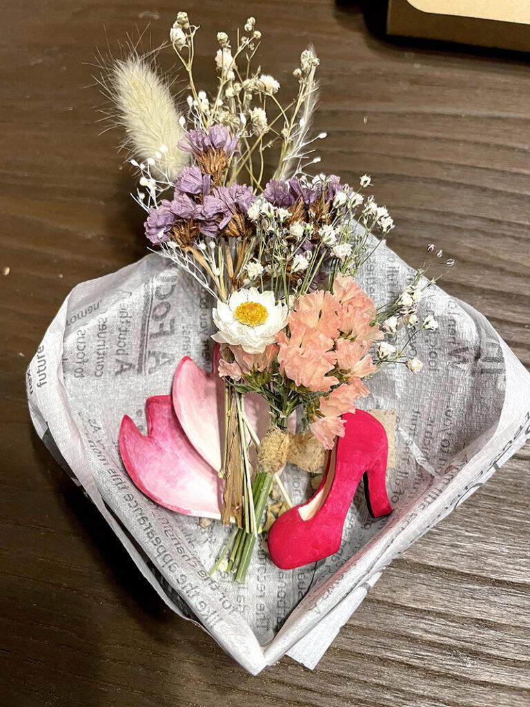 石粉粘土で作った桜の花びらと赤いパンプスとスワッグ