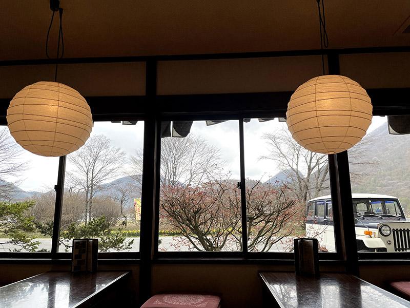 彩湖庵さんの店内から外を眺める