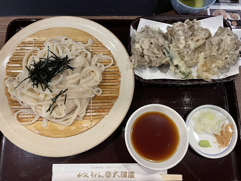 大澤屋石段店の水沢うどんと大きなマイタケの天ぷら