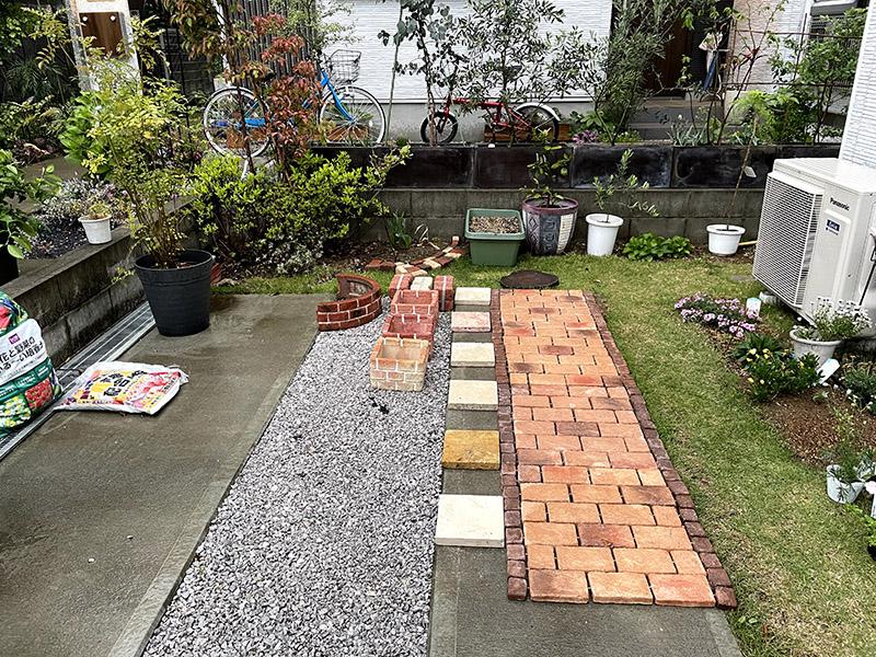 敷くだけレンガタイルと人工芝を取り入れた庭